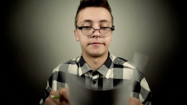 vídeos de stock e filmes b-roll de caixa-de-óculos no telefone - vinheta