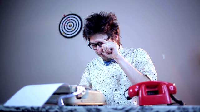 vídeos de stock, filmes e b-roll de nerd escritor digitando em uma máquina de escrever - gravata borboleta