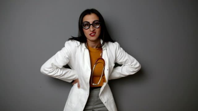 vídeos y material grabado en eventos de stock de se enfrenta a nerdy malhumorado doctor hacer divertido - angustiado
