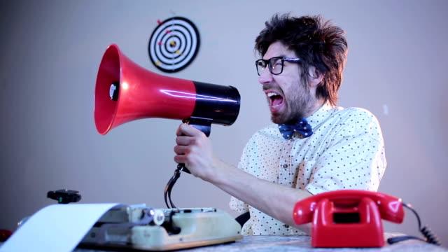Naiv Kerl schreien auf Megafon