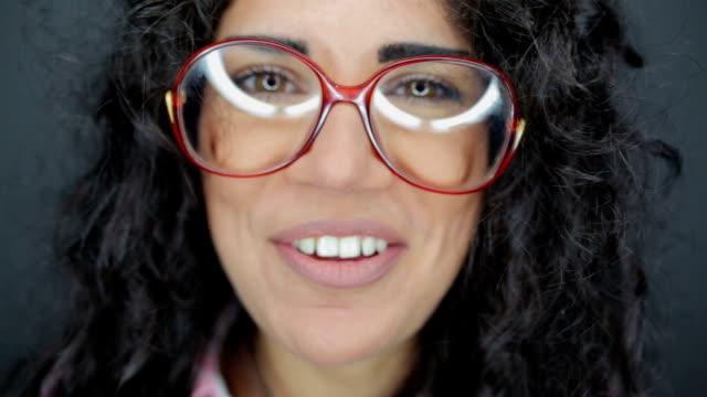 stockvideo's en b-roll-footage met nerdy vrouw knipogen en praten - bril brillen en lenzen