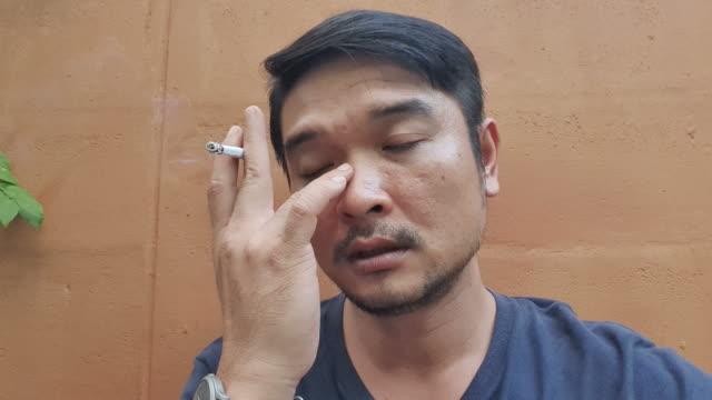 vídeos de stock e filmes b-roll de nervous man smoking a cigarette - one mid adult man only