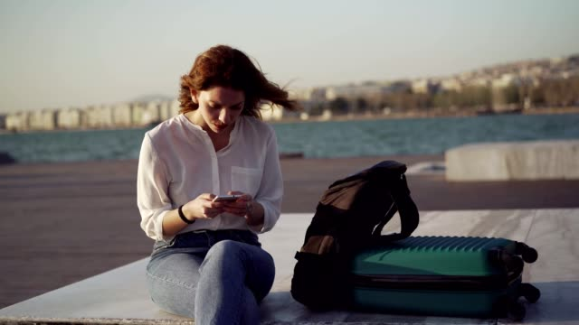 神経質な女性が電話を待っている - 不満点の映像素材/bロール
