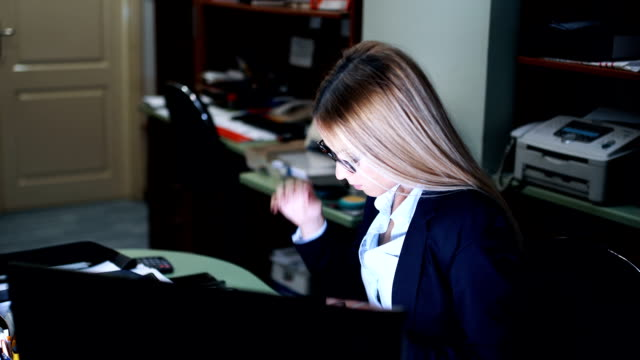 stockvideo's en b-roll-footage met nerveus jonge zakenvrouw papierwerk doen - tijdslimiet