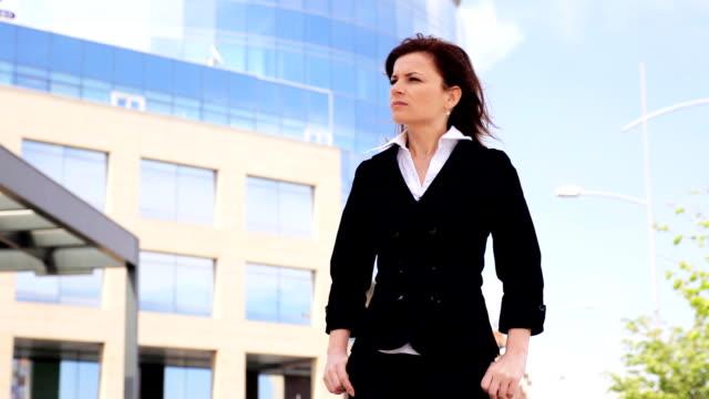 Nervoso giovane donna in piedi e in attesa.