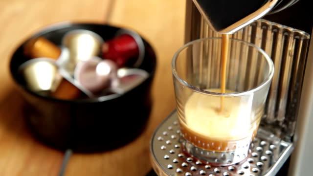 vídeos de stock, filmes e b-roll de café nespresso - maquinaria