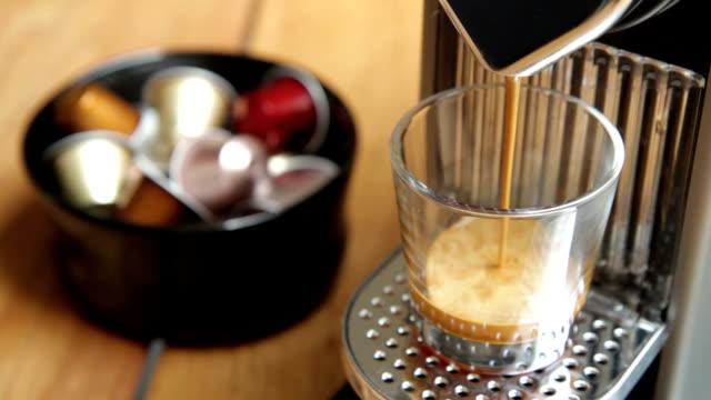 vídeos de stock, filmes e b-roll de espresso nespresso - maquinaria