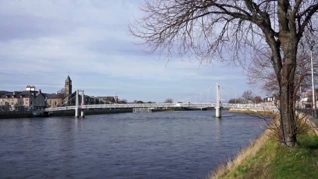 ness river und die hängebrücke der greig street, inverness, schottland - loch gewässer stock-videos und b-roll-filmmaterial