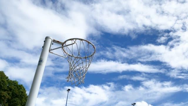 vídeos y material grabado en eventos de stock de netball siendo disparado en netball net - encestar