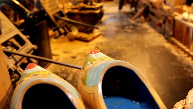 vídeos de stock, filmes e b-roll de netherland sapato de madeira lembrança - variation