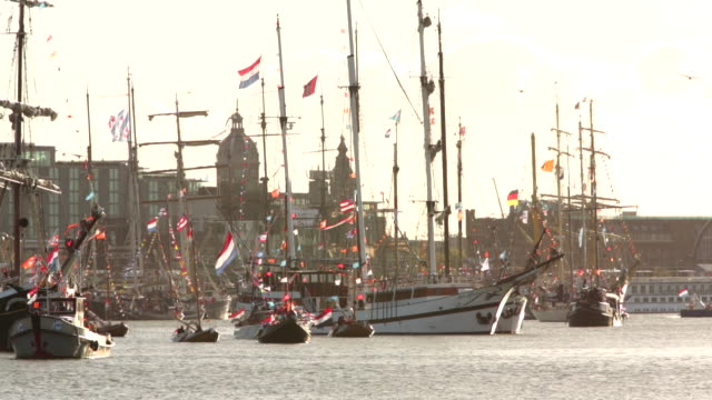 vídeos de stock e filmes b-roll de netherlands, amsterdam, 30 april 2013, inauguration of king willem-alexander and queen maxima, ships decorated with many flags during the water pageant on ij lake - rainha pessoa real