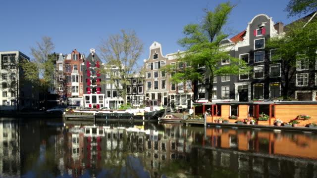 vídeos de stock e filmes b-roll de netherlands, amsterdam, canal called keizersgracht. houseboats - repetição conceito