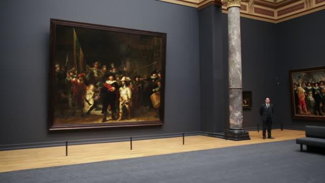 netherlands, amsterdam, rijksmuseum or national museum, gallery of honour, painting called the night watch, rembrandt van rijn, 1642 - 1500 talsstil bildbanksvideor och videomaterial från bakom kulisserna