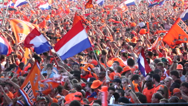 netherlands, amsterdam, supporters of dutch national football team during the world championship 2010, watching the final against spain on square called museumplein. many people dressed in orange, the national color - fan bildbanksvideor och videomaterial från bakom kulisserna