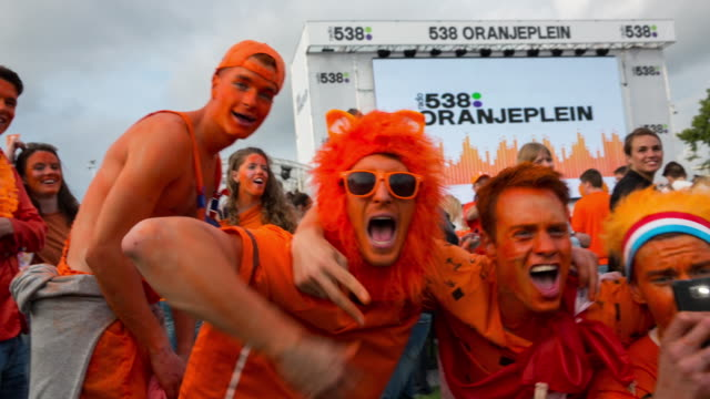 netherlands, amsterdam, world cup football 2014. spain - the netherlands (1-5), 13 juin 2014. museumplein. about 20.000 supporters gather together. joy for victory - anhänger stock-videos und b-roll-filmmaterial