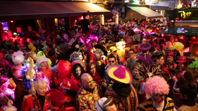 vidéos et rushes de netherlands, maastricht, annual carnival festival. people in costume and faces painted dancing at night in the streets - vêtement traditionnel