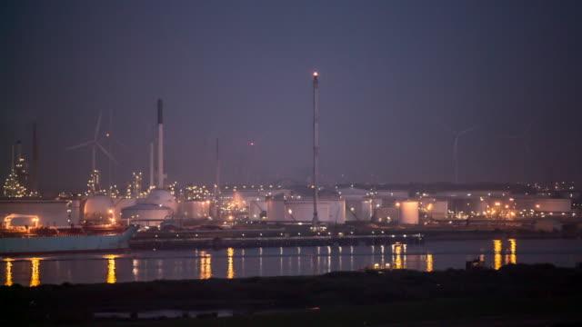vídeos y material grabado en eventos de stock de netherlands, rotterdam, port of rotterdam. oil storage in harbour. background chemical industries. dawn - rotterdam
