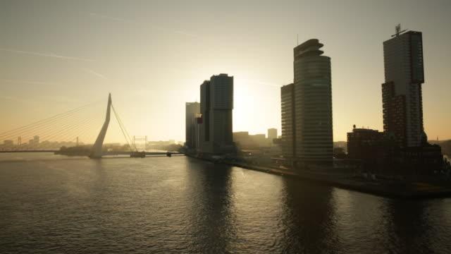 vídeos y material grabado en eventos de stock de netherlands, rotterdam, skyline with high rise buildings and erasmus bridge. sunrise - países bajos