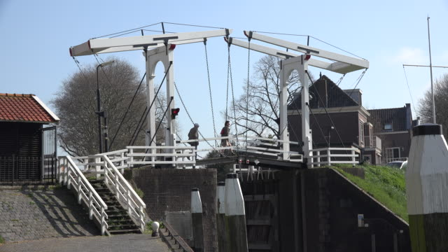 vídeos de stock, filmes e b-roll de netherlands schoonhoven couple on drawbridge - drawbridge
