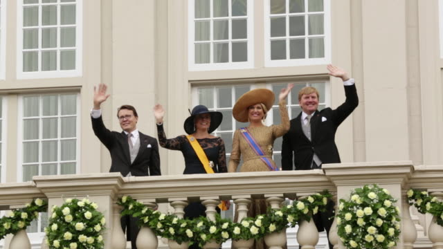 vídeos de stock, filmes e b-roll de netherlands, the hague, 2013, prinsjesdag, royal family greeting the public from noordeinde, king willem alexander, queen maxima, prince constantijn, princess laurentien - realeza