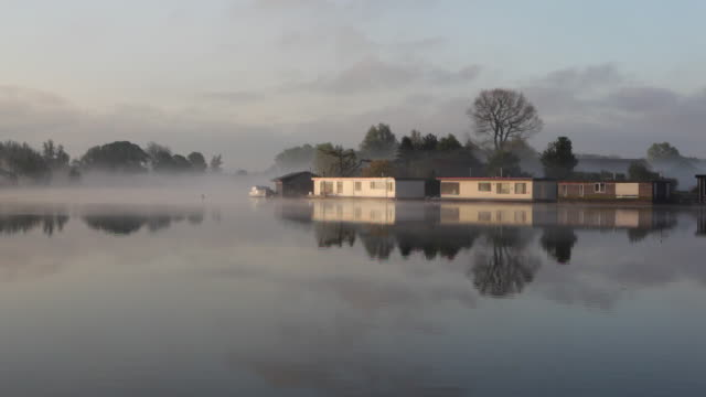 vídeos de stock e filmes b-roll de netherlands, weesp, houseboats in river called vecht. morning mist - barco casa