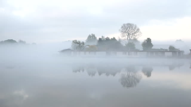 vídeos de stock e filmes b-roll de netherlands, weesp, houseboats in river called vecht. morning mist - barco casa