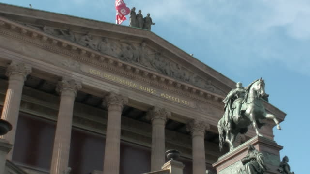 vídeos y material grabado en eventos de stock de ms zo neue nationalgalerie on museum island / berlin, germany - frontón característica arquitectónica