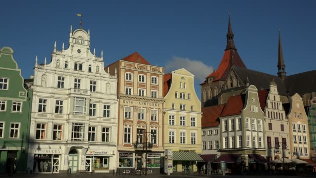 neuer markt, new market, with church of st. mary, rostock, mecklenburg-western pomerania, germany - 建物の正面点の映像素材/bロール