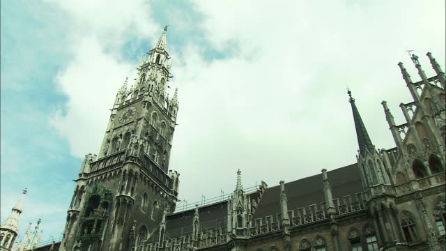 vidéos et rushes de la td ws neues rathaus (city hall) and marienplatz with st. mary's column, frauenkirche towers in background, munich, bavaria, germany - rathaus