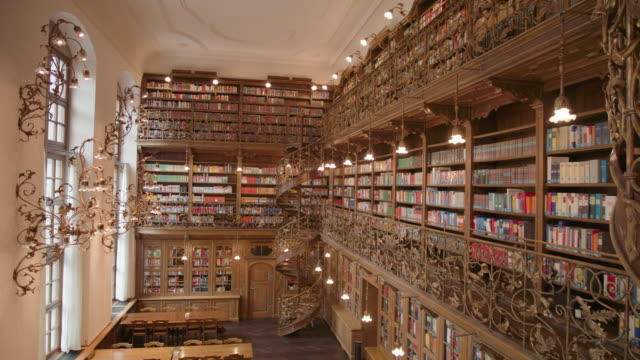 vídeos de stock, filmes e b-roll de neues rathaus bibliothek münchen - rathaus