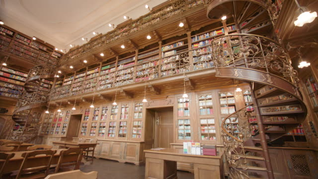 neues rathaus bibliothek münchen - rathaus stock videos & royalty-free footage