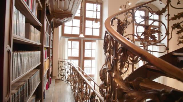 neues rathaus bibliothek münchen - bookshelf stock videos & royalty-free footage