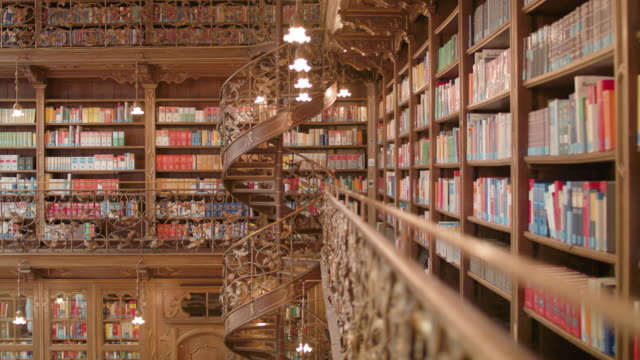 neues rathaus bibliothek münchen - bookshelf stock videos & royalty-free footage