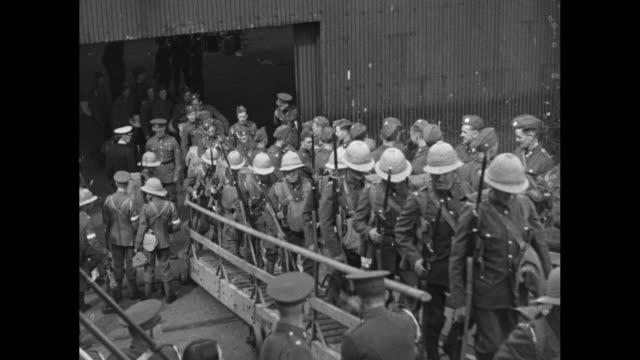 vídeos de stock e filmes b-roll de neuralia hospital ship being used as deployment transport at dock in southampton england / british military men carry duffels as they walk up... - southampton inglaterra