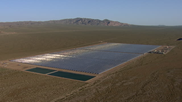 vidéos et rushes de nevada's solar one power plant feeds from sunshine. - comté de clark nevada