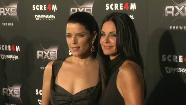 vídeos de stock e filmes b-roll de neve campbell and courteney cox at the axe shower presents the world premiere of 'scream 4' at hollywood ca - neve campbell