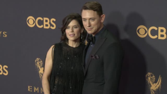 vídeos de stock e filmes b-roll de neve campbell and jj feild at the 69th annual primetime emmy awards at microsoft theater on september 17 2017 in los angeles california - neve campbell