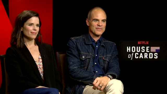 vídeos de stock e filmes b-roll de interview neve campbell and michael kelly at house of cards junket in new york city - neve campbell