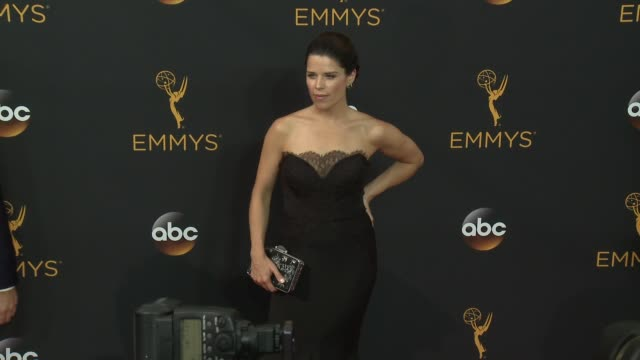 vídeos de stock e filmes b-roll de neve campbell at the 68th annual primetime emmy awards arrivals at microsoft theater on september 18 2016 in los angeles california - neve campbell