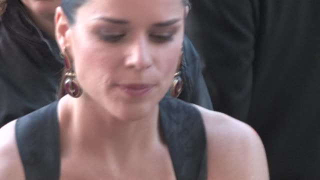 vídeos de stock e filmes b-roll de neve campbell at the 'scream 4' premiere in hollywood on 4/11/11 - neve campbell