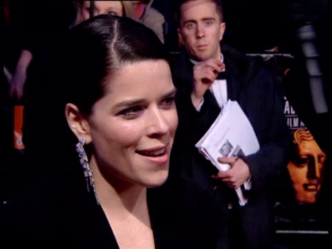 vídeos de stock e filmes b-roll de neve campbell on bafta at the the orange british academy film awards 2006 red carpet at london - neve campbell