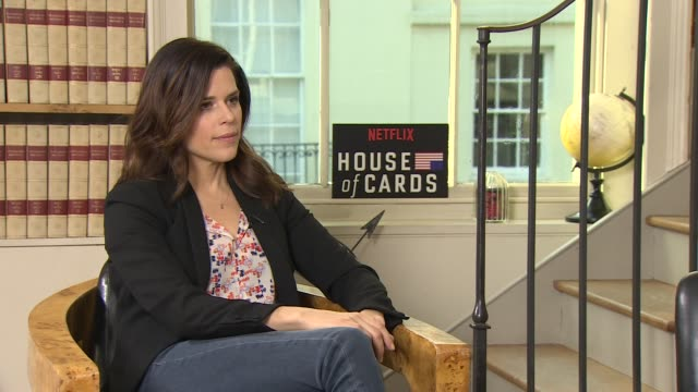 vídeos de stock e filmes b-roll de iinterview neve campbell on joining the show seeing the show before joining her character at 'house of cards' season 4 junket on february 29 2016 in... - neve campbell