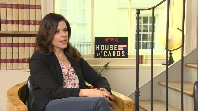 vídeos de stock e filmes b-roll de iinterview neve campbell on rumors having a juicy part keeping the show secret not telling her partner about the storyline at 'house of cards' season... - neve campbell