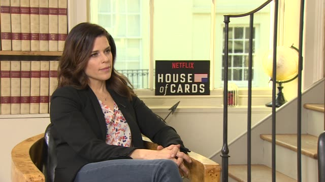 vídeos de stock e filmes b-roll de iinterview neve campbell on the new platforms helping bring more great writing helping give asters betting roles new style of writing at 'house of... - neve campbell