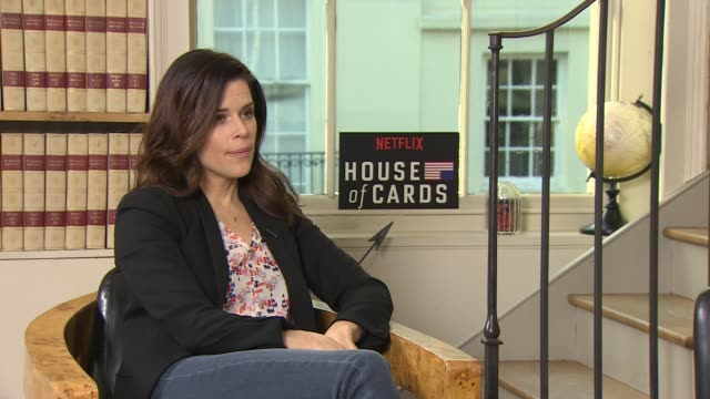 vídeos de stock e filmes b-roll de iinterview neve campbell on watching netflix wanting to see' making a murderer' on 'house of cards' season 4 junket on february 29 2016 in london... - neve campbell