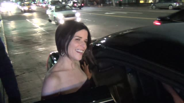 vídeos de stock e filmes b-roll de neve campbell says she loves being a mom outside of hennessy's nightclub in hollywood 08/08/13 neve campbell says she loves being a mom outside on... - neve campbell