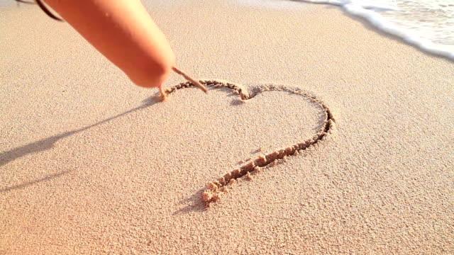Gib niemals für Liebe! Herz am Strand
