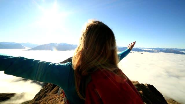 vidéos et rushes de never stop explorer  - les bras écartés