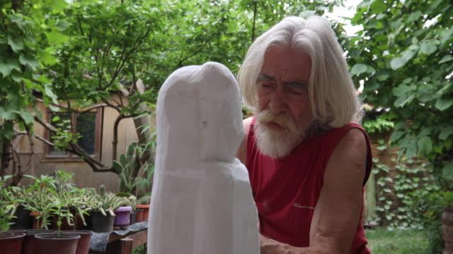 vídeos de stock e filmes b-roll de never tired for art - escultura