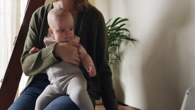 vídeos y material grabado en eventos de stock de nunca demasiado ocupado para el bebé - equilibrio vida trabajo